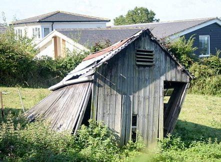 这个感觉一吹就倒的破烂小木屋 要价900万!