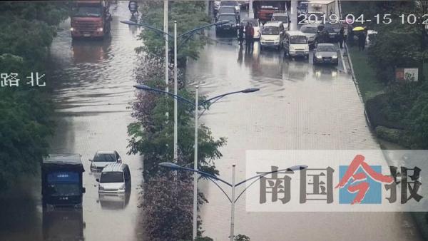 柳州遭遇大暴雨致多条道路积水 有3辆车被泡(图)