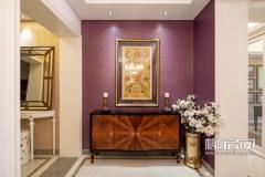 暗色台柜与装饰画,旁边的花朵点缀,增添雅致与奢华,紫色花纹背景墙,没有过多的装饰,但依然显示出大户人家的非凡气度。