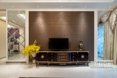 客厅内以开放式简洁风,注重电视背景墙和电视柜的设计和选购,为简约的空间带来前卫与端庄的设计感。