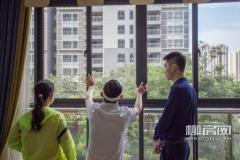 在样板间参观时,窗外的绿意透过景观阳台直达客厅,看房团成员对小区的绿化赞不绝口。
