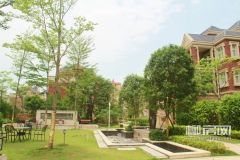 红砖别墅、蓝天白云、新枝发芽、绿树成荫,一切都是这么美好。