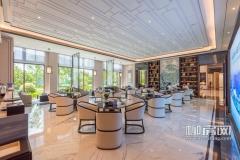 营销中心洽谈区光线充裕,室外蓝天绿树清晰可见,在这里看房、洽谈、休息都会被美景所吸引。