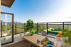 露台上放置的孩子的玩具,远远望去碧绿的江水、湛蓝的天空、青翠的山体将周围变成了一幅山水画。