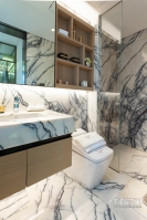 卫生间选用白色、灰色瓷砖,减少空间压抑感,干湿分离与开窗设计科学合理。