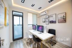 办公样板间内开阳感十足,长方形的办公桌放置几台电脑,墙壁上张贴几幅装饰画,与一般办公室无异。