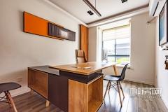 样板间还设有独立的企业高管人员办公室,飘窗视野开阔,棕色的木质办公桌及地板精致耐用。